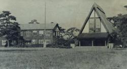 左が予科分校と第三中学校。右の三角屋根は講堂