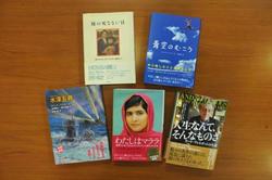 世界的ベストセラーも含む翻訳書は、ヤングアダルトから伝記までさまざまなジャンル400冊以上に及ぶ(写真は一部)
