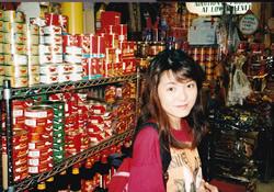 1996年、ニューヨーク在住時、チャイナタウンにて。旅と食べ歩きが趣味だったという保井教授。「