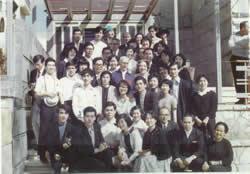 合唱団、オットー・フランク氏(写真中央)とともに(前列左から3番目が本人)