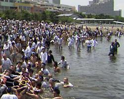 品川荏原神社の海中渡御 神輿(みこし)をお台場まで船で運び、海中に担ぎ入れる。こうした水辺の行為から、アジアに特徴的な水の精神性と身体性が見えてくる